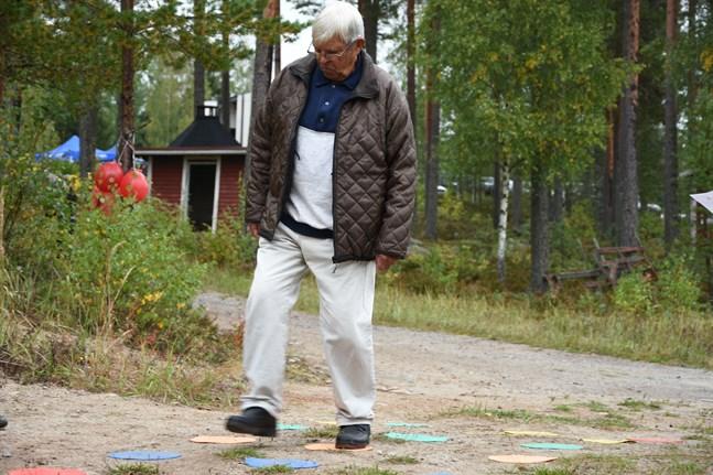 Det gäller att ställa sig på rätt cirkel för att få gå vidare till nästa. Bengt Haglund tar sig fram med säkra kliv.