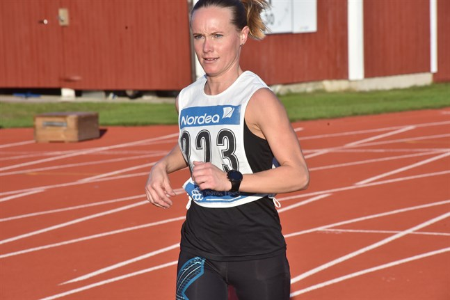 Emely Häger visade prov på sin uthållighet genom att vinna FM-guld i duathlon på lördagen i Tikkakoski.