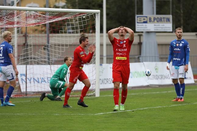 Jeremiah Streng i Jaro kunde ha haft bättre utdelning. Markus Kronholm manar på de sina och Reetu Räsänen i till vänster.