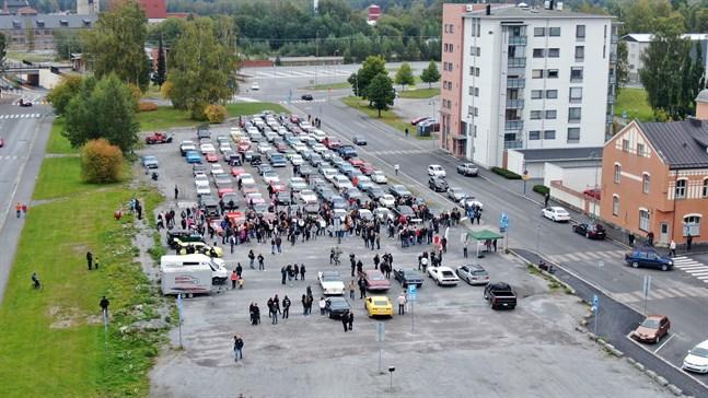 Inför starten hade uppskattningsvis 500 personer samlats.