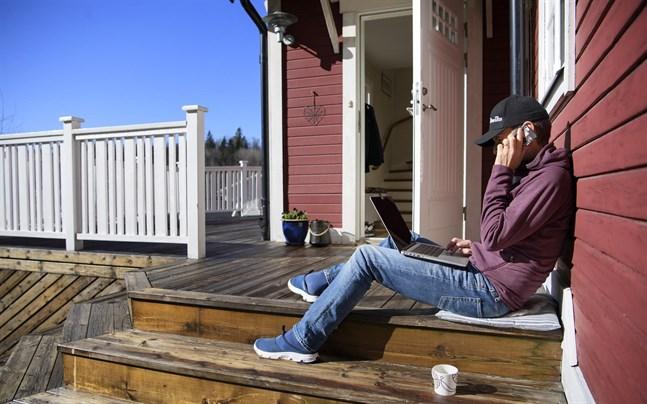 Med datorn på altanen. Färre av dem som jobbar hemma i Sverige sjukskriver sig.