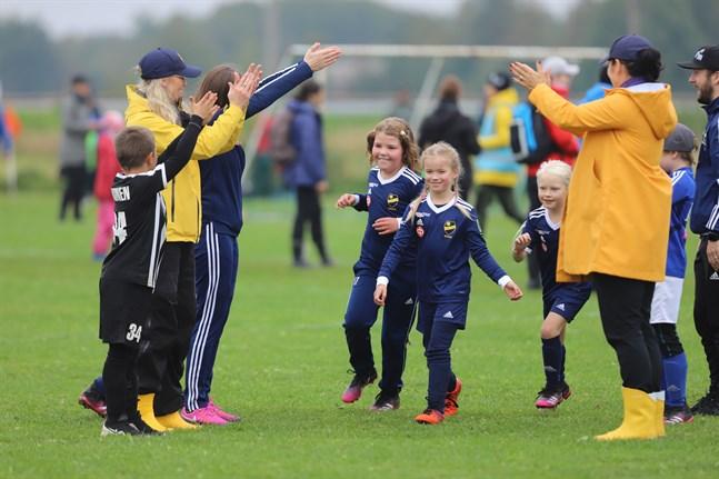 BK-48:s flickor får applåder av familjemedlemmar efter matchen mot FC Sport.