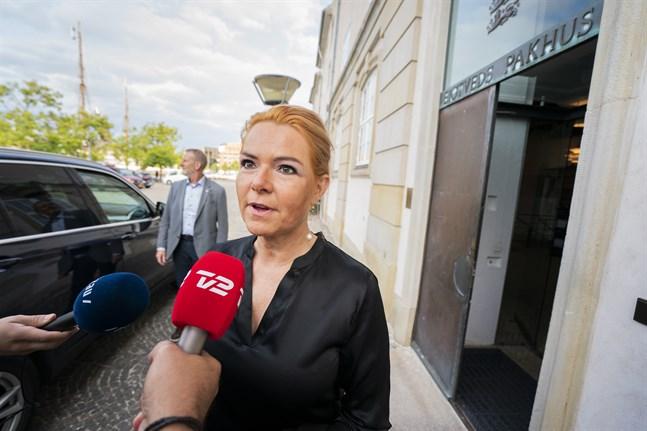 Den riksrättsåtalade Inger Støjberg (tidigare Venstre) möter journalister utanför riksrättens lokaler i Köpenhamn.