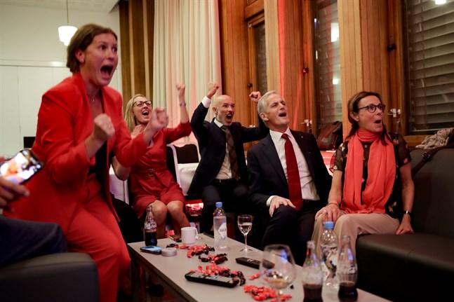 Arbeiderpartiets valvaka i Oslo. Partiledaren Jonas Gahr Støre jublar över de första prognoserna.