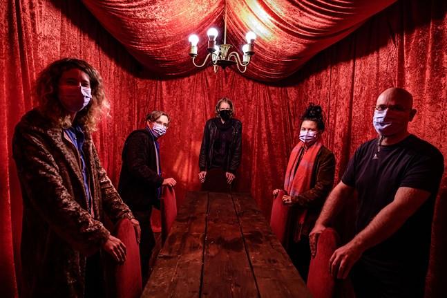 Anneli Holmstrom, Valter Kuni, Finn Appel, Moa Cederberg och Joakim Finholm i ett av utställningens rum. Ett rum som ger intrycket av att sakna dörr.