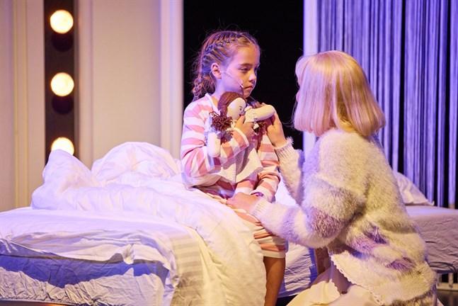 Tilda Hahto (till vänster) och Emma-Sofia Hautala spelar båda Katri Helena i musikalen om schlagerdrottningen som har premiär på Vasa stadsteater på 17-18 september.