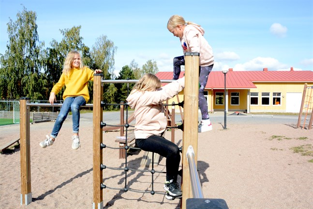 Sofia Norrgård, Leila Kronlund, Filippa Kronlund deltar i hobbygruppen motionsglädje i Kaskö.