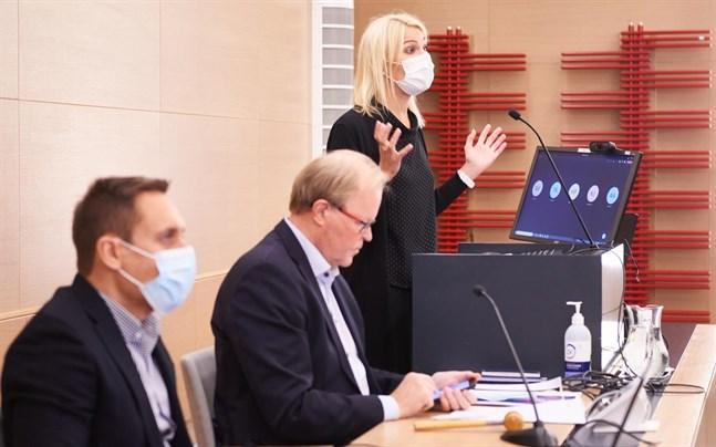 Gösta Willman (mitten) är ordförande för Vasa sjukvårdsdistrikt. Enligt honom påverkas behandlingen här mest av vad som händer i Jyväskylä.