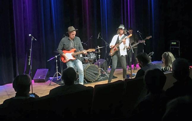 Philip Järvenpää blues experience uppträdde i Frans Henrikson-salen på fredag kväll. Från vänster Joel Svenfelt, Philip Järvenpää och Carl-Johan Hultgren.