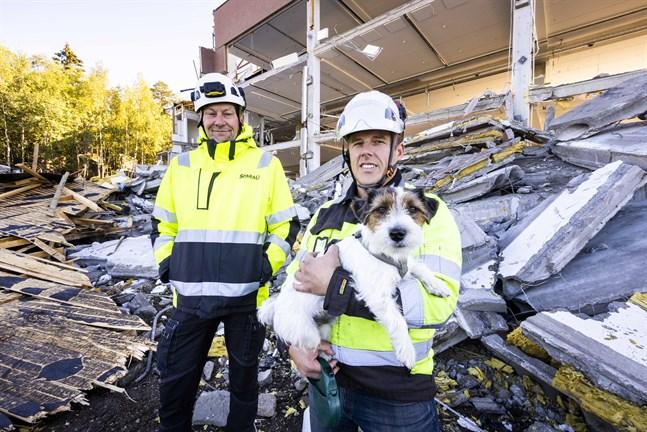 Sami Tarkkanen och Mikael Sparf, med hunden Rico.