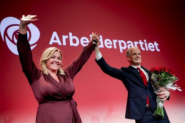 Arbeiderpartiets partisekreterare Kjersti Stenseng och partiledare Jonas Gahr Støre firar valsegern på valvakan i Oslo.