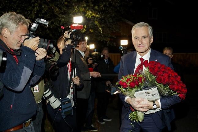 Jonas Gahr Støre på väg hem efter det att hans Arbeiderpartiet blivit största parti i det norska valet.