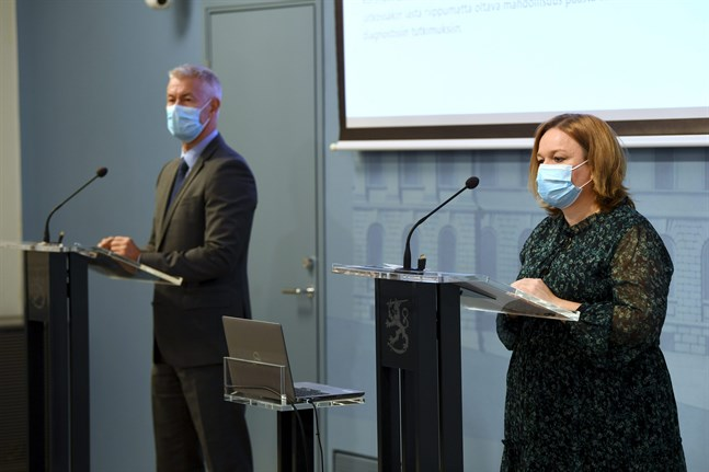 Avdelningschef Taneli Puumalainen på Social- och hälsovårdsministeriet och social- och hälsovårdsminister Krista Kiuru (SDP) på tisdagens presskonferens.