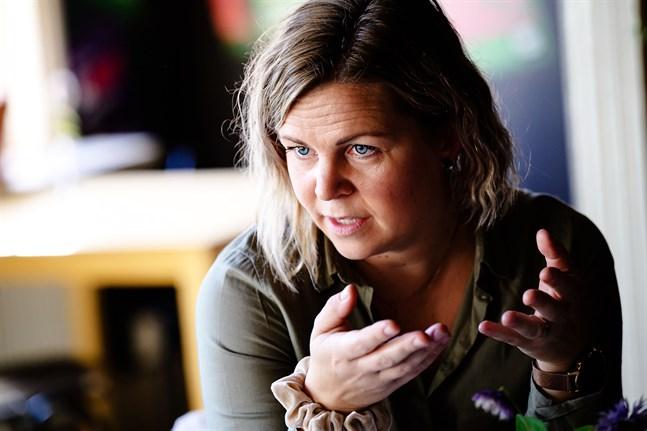 Mia Björkgård möter många trötta föräldrar inom barnskyddet. Hon tror att kraven från samhället är för stora i dag. Det drabbar barnen.