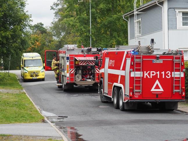 Räddningsverket med ett flertal brandbilar, ambulanser och polis tillkallades till Tvärgatan i Karleby.