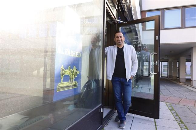 Skräddaren Fareed Al-Magasees öppnar ny ateljé i Bondegården på Handelsesplanaden i Vasa.