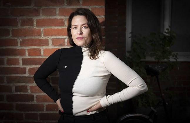 """Liv Strömquist har undersökt skönhetsnormer i boken """"Inne i spegelsalen"""". """"Det är mycket fokus på att det ska vara exakt en viss näsvinkel eller ett midjemått, men jag tror att de flesta människor vet att det där inte spelar så stor roll för huruvida du är vacker eller inte"""", säger hon."""