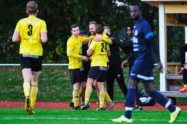 FC Kiisto firar Matias Träskbäcks 0–1-mål efter dryga timmens spel.