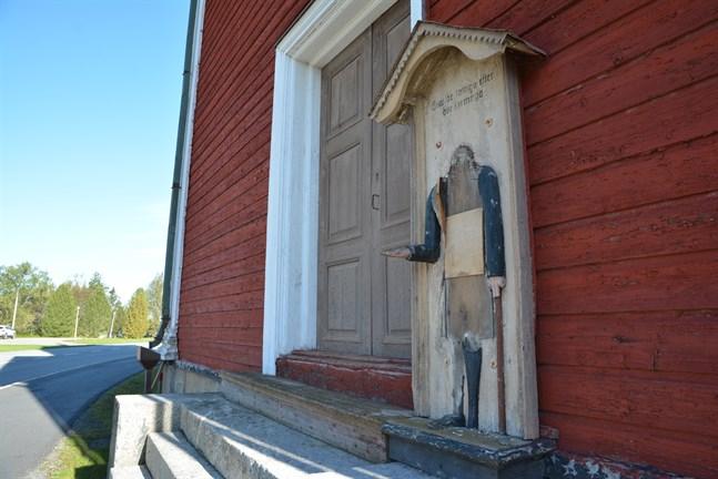 Fattiggubben på klockstapeln vid Lappfjärds kyrka lemlästades och ska tas omhand av en konservator. Så här ser det ut nu vid väggen. Själva gubben är i förvar.