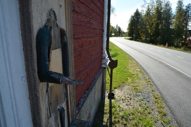 Fattiggubben på klockstapeln vid Lappfjärds kyrka lemlästades och ska tas omhand av en konservator.