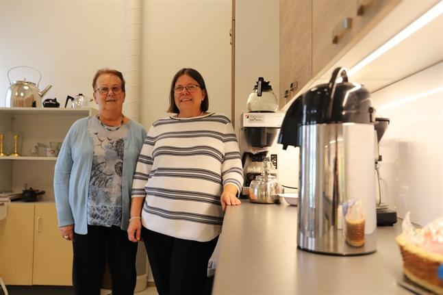 Föreningens ordförande Kerstin Lillbåsk och stödjande medlem Lena Broman står i Vasa svenska synskadades nyrenoverade kök.
