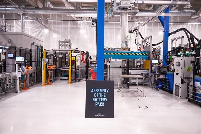 Halvvägs i den 100 meter långa produktionslinjen är modulerna hopsatta och själva batteripacket börjar ta form.