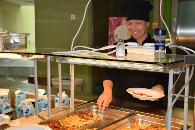 Heidi Sippola portionerar pannkaka och sylt åt en hungrig kollega.