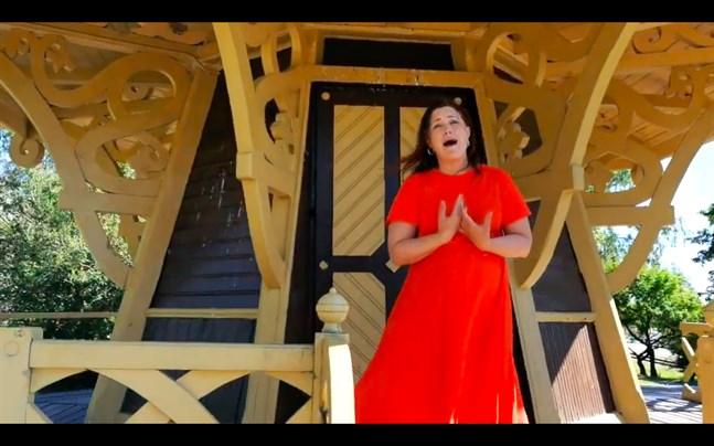 "Sarah Nedergård sjunger ""She used to be mine""."