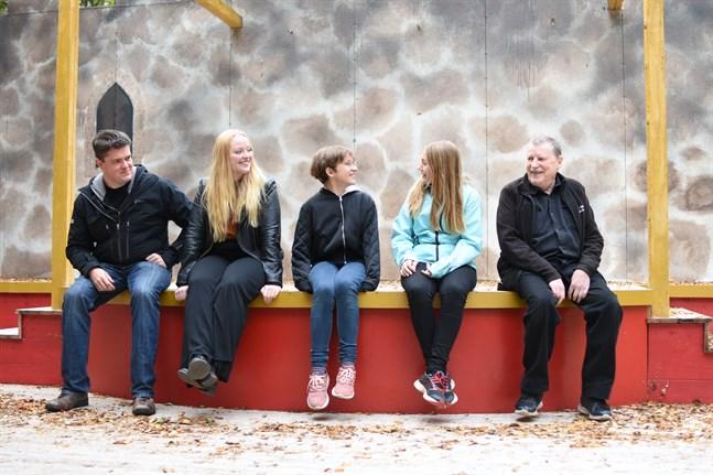 Nicklas Granvik, Miranda Eklund, Frida Uppgård, Felicia Tigerstedt och Harri Suominen blickar tillbaka på en lyckad spelsommar för Närpes teater. För dem hör Vridläktaren sommaren till.