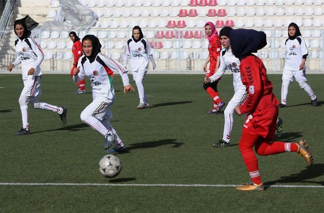 Afghanska kvinnor i en fotbollsmatch 2014. Nu har landslagsspelare flytt landet.