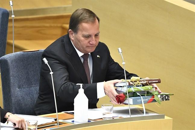 Den avgående S-ledaren och statsminister Stefan Löfven samlar ihop sina presenter.