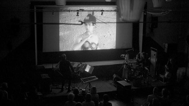 Den sovjetiska stumfilmen Aelita ackompanjeras av den excentriska gruppen Cleaning Women i Folkets Hus i lördags under Karleby Filmfest.