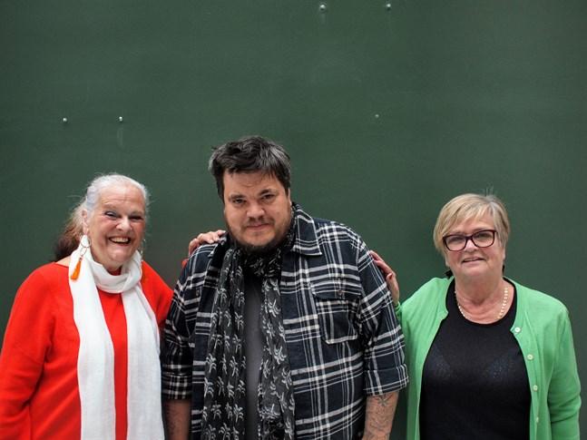 Thomas Enroth (i mitten) har samarbetat med Nada-Nord i 20 års tid. Gunilla Luther-Lindqvist (till vänster) och Eivor Haga (till höger) är tacksamma över samarbetet.