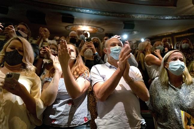 """Publiken applåderar när skaparen av """"Hamilton"""" Lin-Manuel Miranda talar om glädjen över att Broadway återigen har öppnat."""