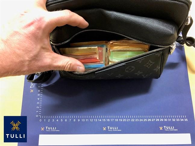 Tullen beslagtog en väska som innehöll kontanter av en av de misstänkta.