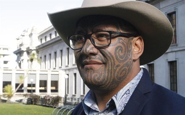 En av maoripartiets två ledare, Rawiri Waititi, utanför Nya Zeelands parlament.