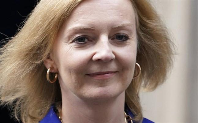 Storbritanniens nya utrikesminister Liz Truss går ut från 10 Downing Street, efter att hon fått besked att hon ersätter Dominic Raab på posten. Premiärminister Boris Johnson genomför en stor ommöblering i regeringen.