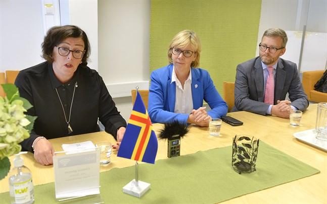 Ålands lantråd Veronica Thörnroos (C), Justitie- och Ålandsminister Anna-Maja Henriksson (SFP) och Ålands riksdagsledamot Mats Löfström vid tisdagens presskonferens i Mariehamn.