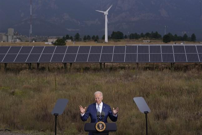 USA:s president Joe Biden håller ett tal vid en sol- och vindenergianläggning i Arvanda, Colorado, på tisdagen.