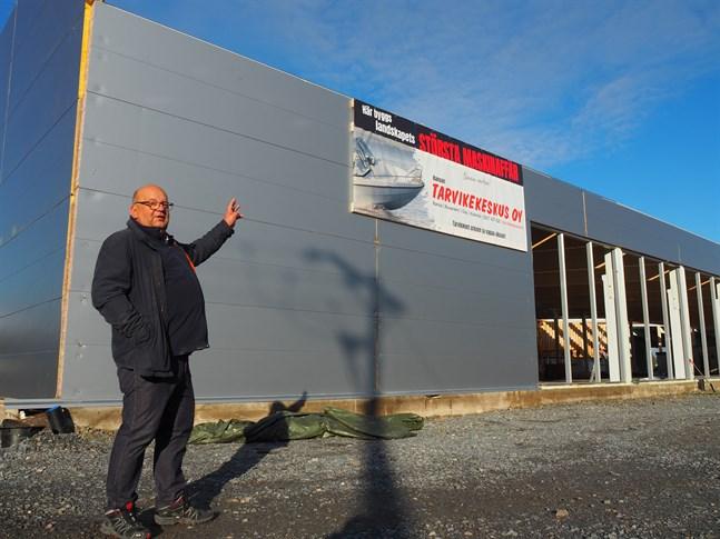Fastighetesägaren Leif Häggblom berättar att landskapet största maskinaffär kommer att öppna i slutet av året i Rukkafastigheten i Karleby.