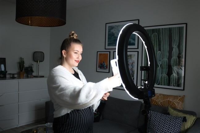 Anna Liljekvist kommer ursprungligen från Jakobstad men bor i Vasa. Hon delar mode- och skönhetstips och kroppspositivitet på sociala medier.