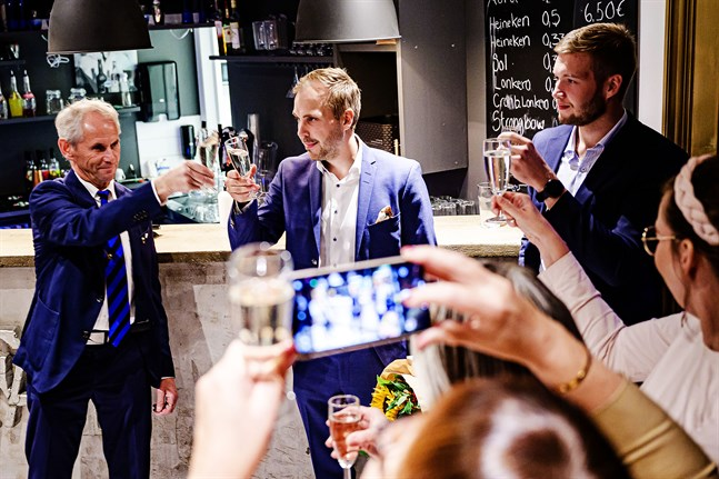 Martin Norrgård gratuleras av SFP-gruppens ordförande Steve Nyholm på FAF efter Norrgårds stora seger i fullmäktige. Men det var först på gruppmötet det stod klart att det var Norrgård som hade bäst glid av topptrion.
