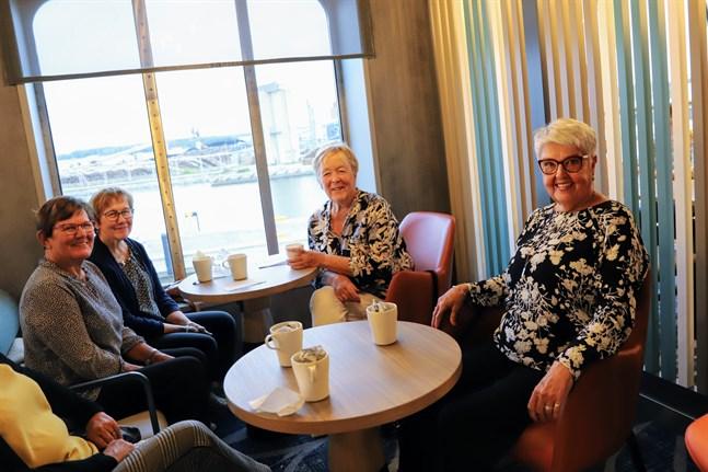 Brita Videland från Smedsby och Karin Westergård-Hjerpe från Replot, Karin Forsman från Vistan och Inger Snygg från Söderudden.