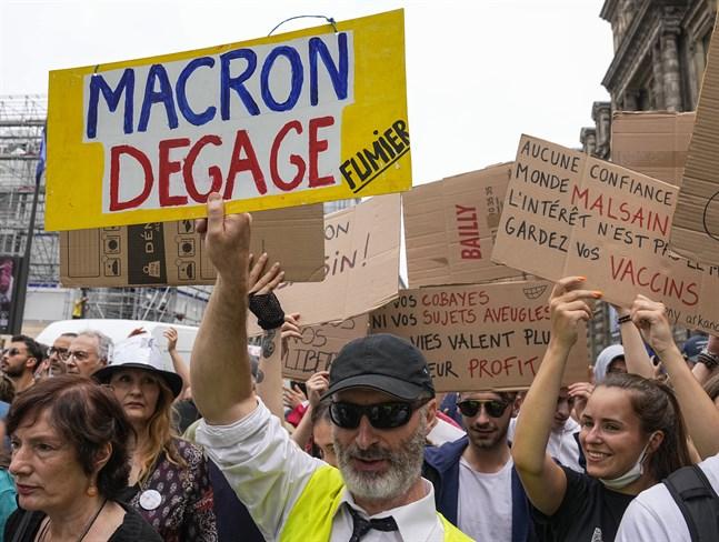 Vaccinmotståndare protesterade den 17 juli efter att president Emmanuel Macron meddelat fler vaccinkrav – bland annat att vårdpersonal måste vaccinera sig för att få behålla sitt arbete. Det kravet trädde i kraft den 15 september. Arkivbild.