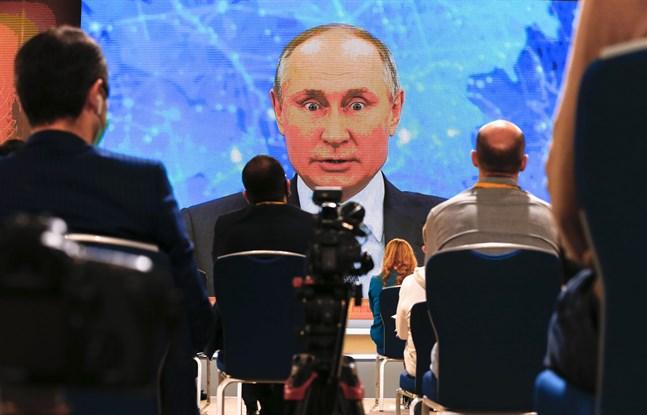 Rysslands president Vladimir Putin isolerar sig efter tiotals fall av covid-smitta i hans inre krets. Arkivbild från videokonferens i december 2020.