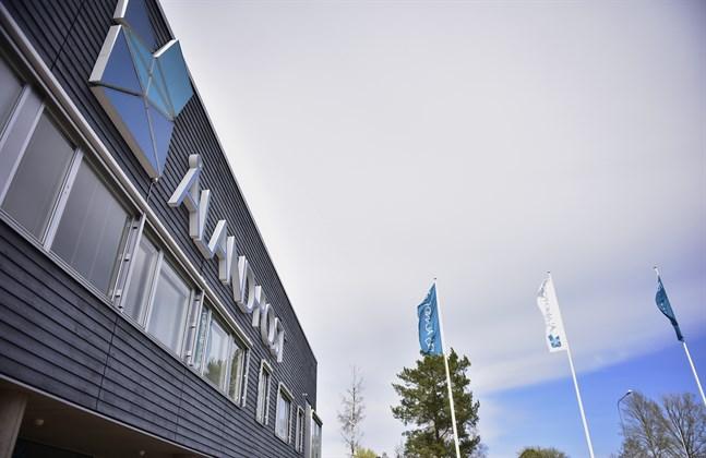 Totalt sex personer som är eller varit anställda av Åland Post åtalas för flera olika brott.