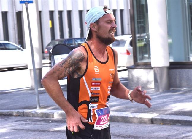 I JB Street Run i Jakobstad nöjde sig Björn Sandler med att löpa 5 kilometer. På lördag väntar en betydligt längre distans i Jyväskylä.