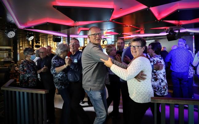 Solveig och Anders Sundell från Munsala dansar menuett och var några av de första på dansgolvet när tillfälle gavs.