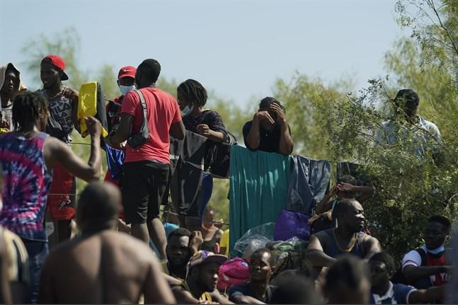 Migranter vid en bro i Texas, USA.