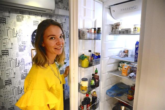 Josefine Bonde ser över kylskåpsinnehållet varje vecka. På så sätt håller hon koll på maten och om något håller på bli gammalt och borde ätas upp.